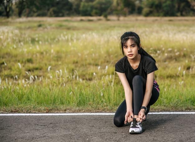 여성은 운동 전후에 워밍업합니다.