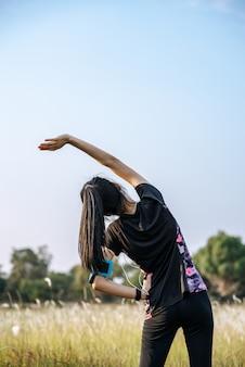女性は運動の前後にウォームアップします。
