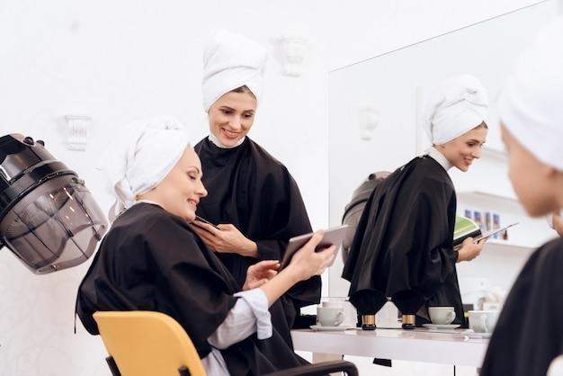 여자들은 미용실에서 머리를 씻었습니다.