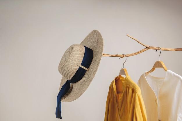 Женская одежда висит на сушеной ветке дерева
