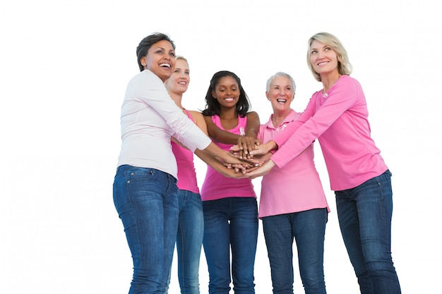 乳がんのリボンを一緒に手にして笑っている女性
