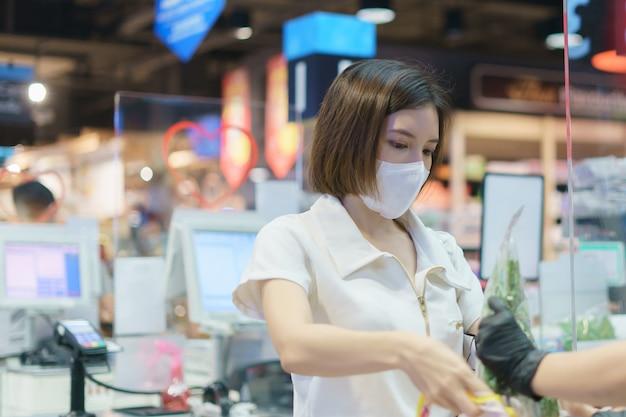 コロナウイルスを防ぐためにフェイスマスクを着用している女性