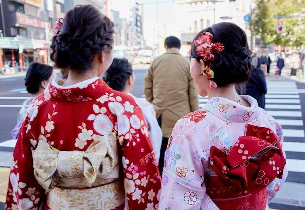 거리를 걷는 여자 기모노 의상