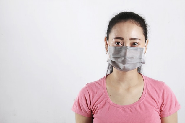 Women wearing a mask to prevent transmission of the coronavirus
