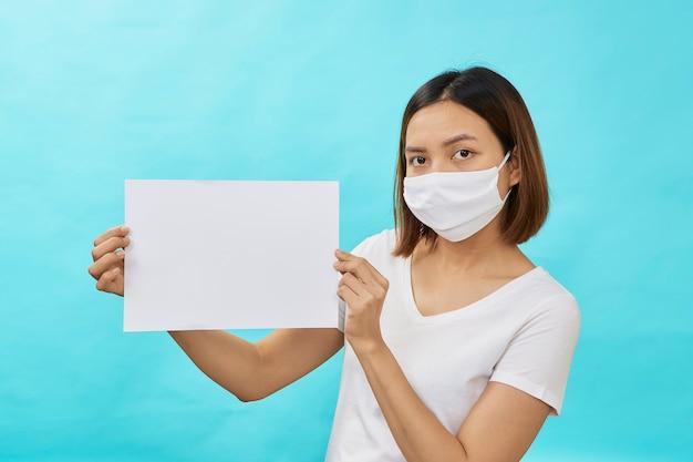 마스크를 쓰고 여자는 하얀 시트를 보유 하