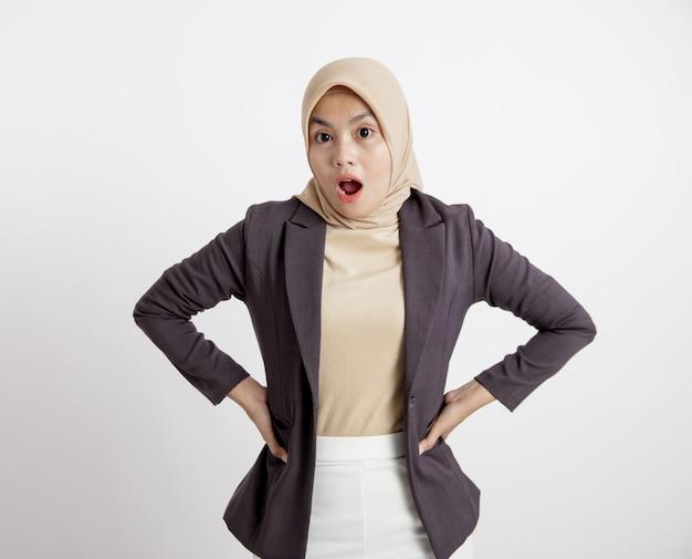 Женщины в костюмах хиджаба удивлены, глядя на концепцию формальной работы камеры, изолированные на белом фоне