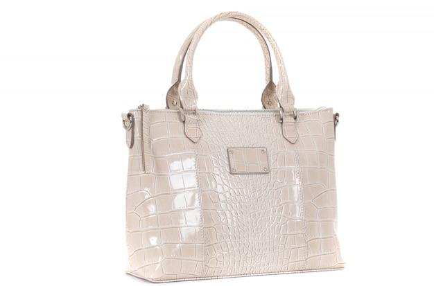 Женская белая кожаная сумка на белом фоне