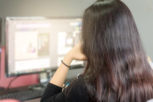 オフィスで働くことを強調されている女性。