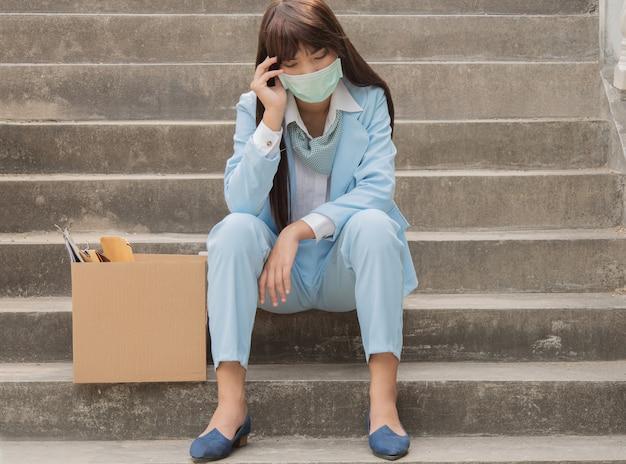 경제 상황에 실직 한 여성에게는 문제와 전염병이 있습니다.