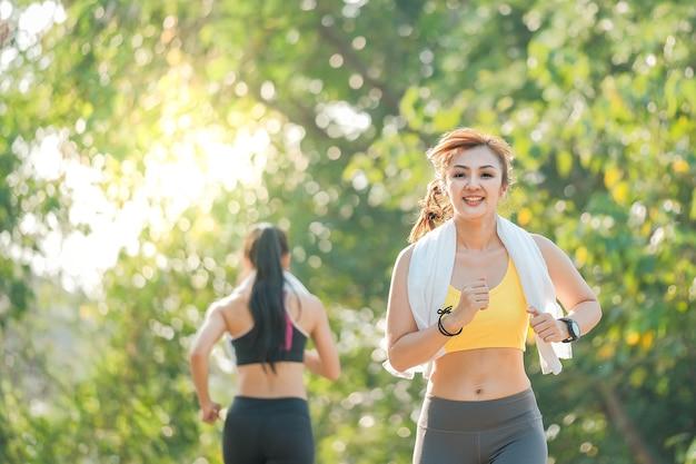 屋外でジョギングを楽しむ女性
