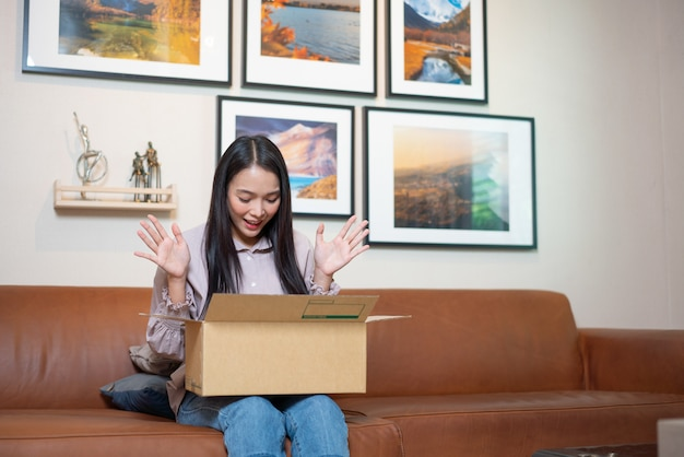 女性は自宅でオープンパッケージを受け取ります。