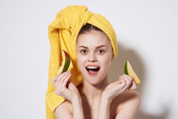 맨손 어깨 망고를 손에 든 여성 깨끗한 피부 건강 비타민