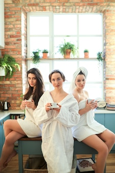 Женщины с халатом и полотенцем