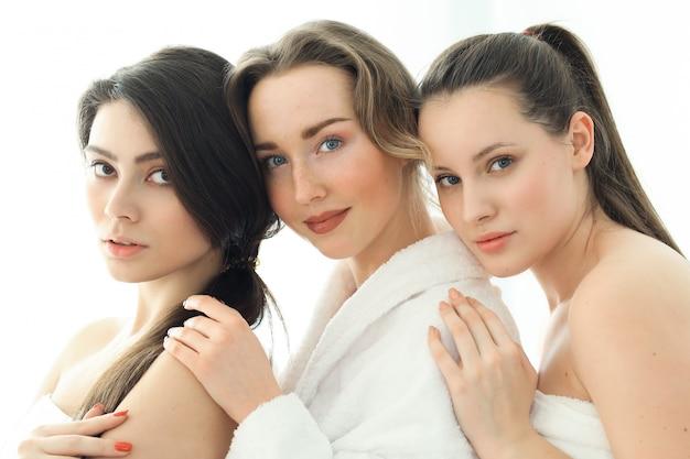 Женщины с халатом и полотенцами
