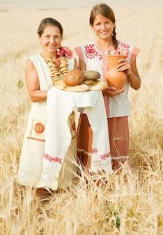 Женщины с хлебом