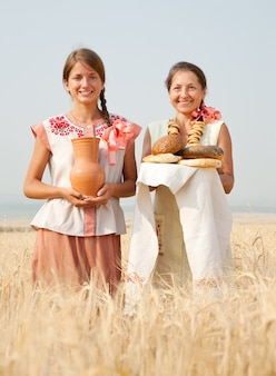 Женщины с деревенской едой