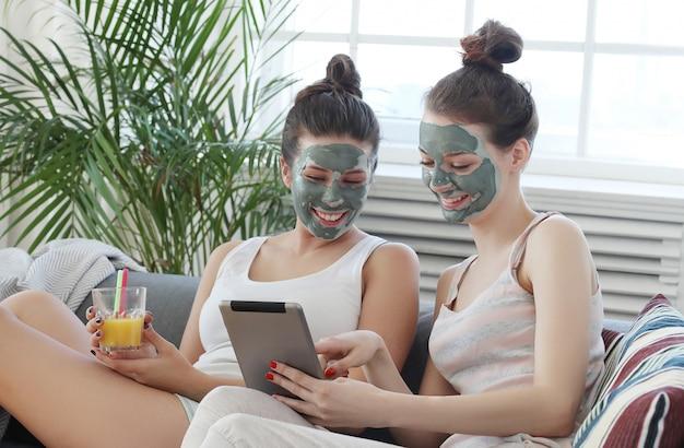 Donne con maschera facciale, bellezza e cura della pelle