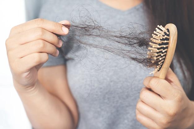Женщины с выпадением волос из-за аллергии на шампунь