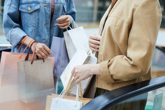 쇼핑백이 많은 여성