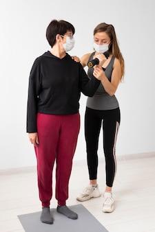 Тренировка женщин с медицинскими масками