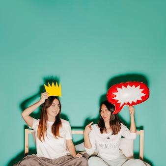 Donne con corona di carta e fumetto