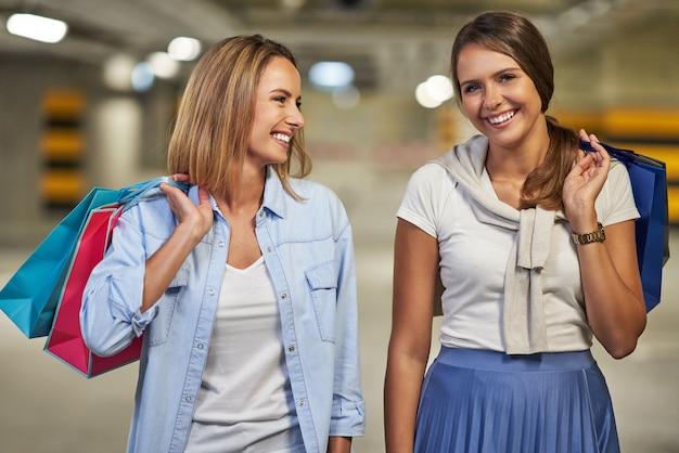 Женщины с сумками на подземной автостоянке