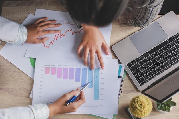Работающие женщины делают встречу бизнес-стратегии в офисе