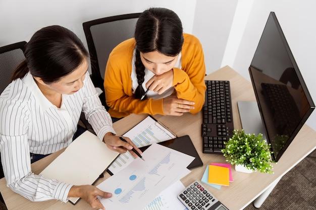 직장에서 혁신적인 프로젝트에 참여하는 여성