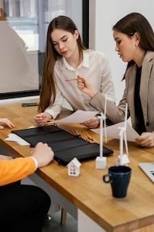 재생 가능 에너지 프로젝트에 참여하는 여성