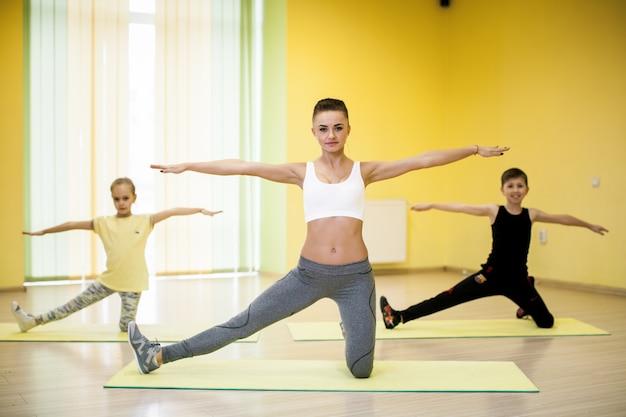 Donne allenamento attiva palestra razza mista