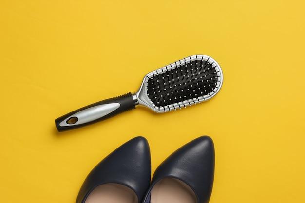 노란색 배경에 여성 액세서리 빗 하이힐 신발 최소한의 아름다움과 패션 컨셉