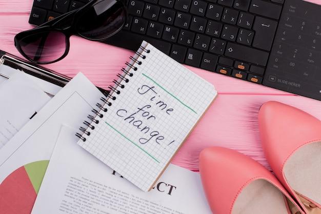 Женские аксессуары обувь солнцезащитные очки на розовом фоне