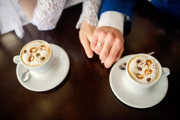 Женские и мужские руки с обручальными кольцами