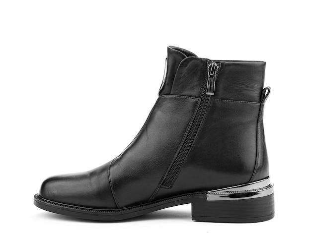 白い背景の左側に分離された黒い靴底の女性の秋の黒い革のジョッパーズブーツ
