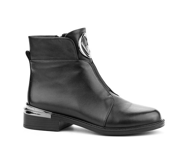 右側の白い背景で隔離の黒い靴底と女性の秋の黒い革のジョッパーズブーツ