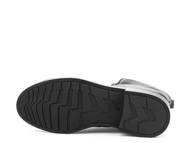 白い背景の靴底に分離された黒い靴底と女性の秋の黒い革のジョッパーズブーツ