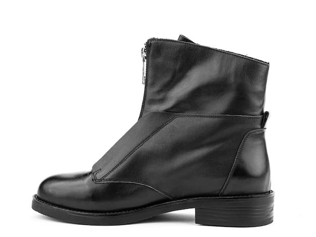左の白い背景を分離したジッパーと平均的なかかとと女性の秋の黒革ジョッパーズブーツ