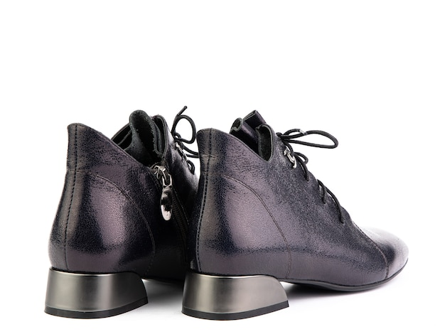 靴ひもと平均的なかかとの分離された白い背景を持つ女性の秋の紫色の革ジョッパーズブーツ