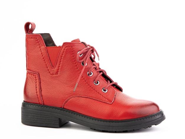 白い背景の右側面図に分離された黒い靴底と女性の秋の赤い革のジョッパーズブーツ