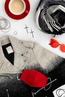 Женская одежда и аксессуары на серой поверхности