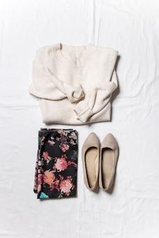 白い背景の上面図にインストールされている婦人服とアクセサリーモダンでカジュアルな服装
