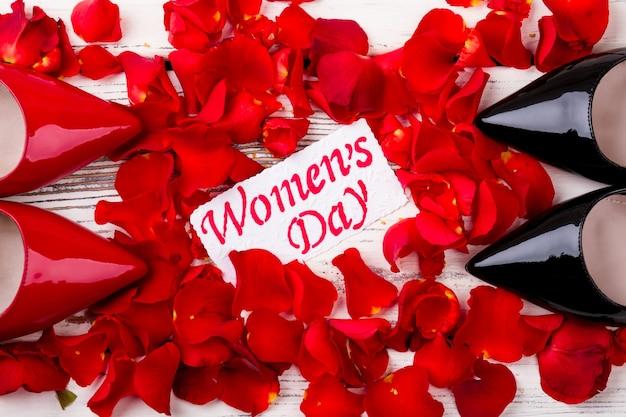女性の日カードと花びらの靴バラの花びらのグリーティングペーパースタイリッシュでロマンチックなプレゼント