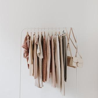 Женская мода яркая пастельная одежда на вешалке на белом. вид сверху