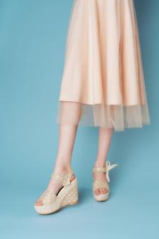 Женские ноги платья модная обувь крупным планом