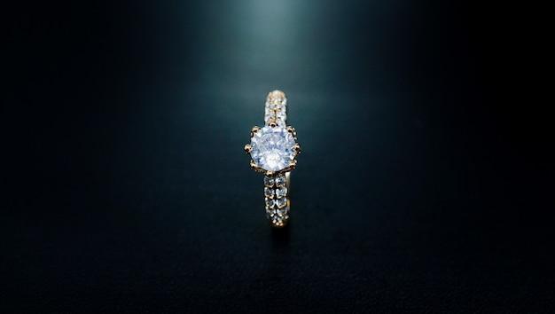 Женское золотое кольцо с маленьким бриллиантом