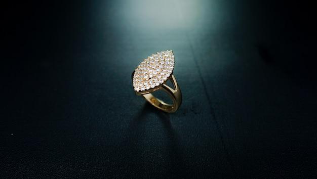 사각 모티브와 작은 빛나는 다이아몬드로 장식된 여성용 골드 링