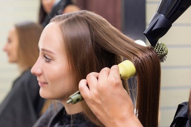 Женский парикмахерский салон красоты сушка волос феном