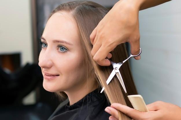 レディース美容院、美容院。プロのスタイリストがサロンで女性の髪をカットします
