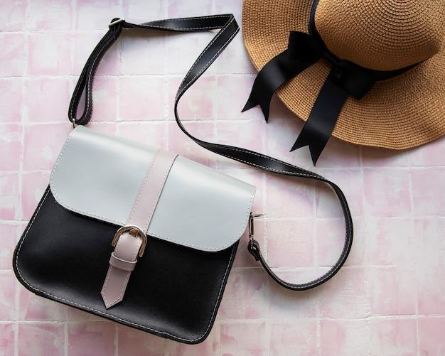 Женская сумочка на розовом плиточном фоне