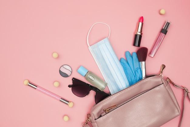 Женская сумочка с косметикой и дезинфицирующей маской, covid-19, плоская. фото высокого качества